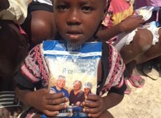 Haiti Reisverteilung Kind