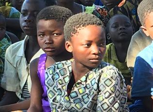 Suedsudan Kinder warten auf Essen