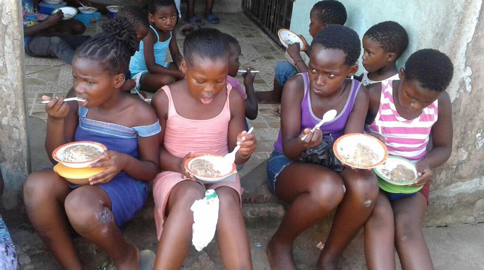 Suedafrika Kinder erhalten etwas zu Essen
