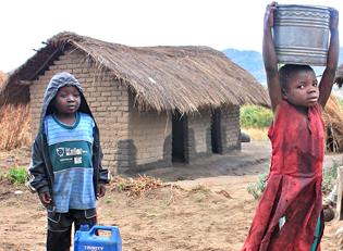 Malawi Kinder holen Wasser