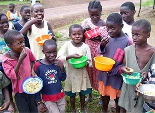 Kinder in Afrika erhalten Nahrung