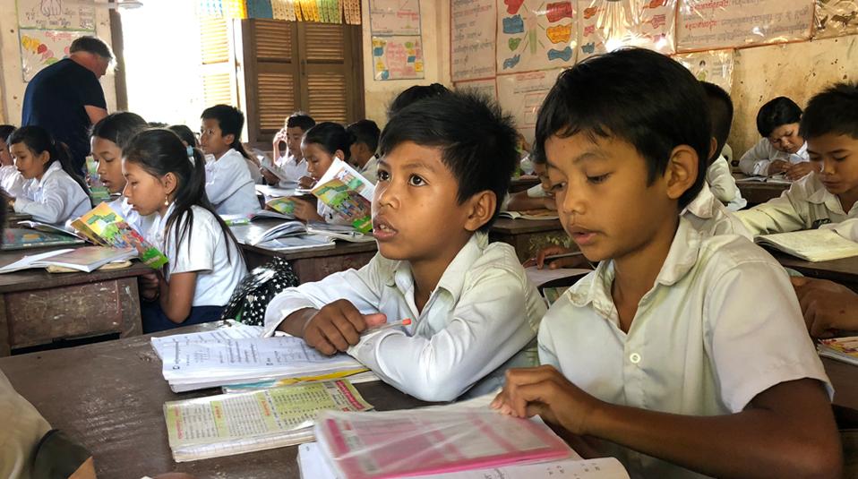 Kambodscha Kinder gehen zur Schule CHF-Hoffnung fuer Kinder unterstuetzt.