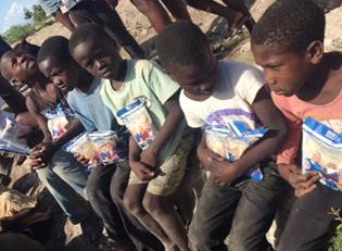 Haiti Kinder mit Reis