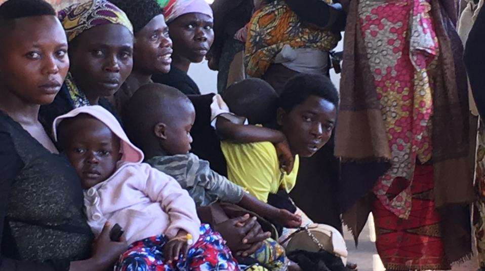 Kongo Wartende Kranke vor Klinik