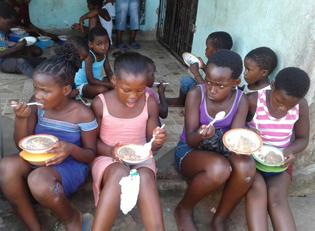 Suedafrika Kinder leiden an Nahrungsmangel
