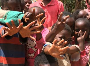 winkende Kinder im Kongo