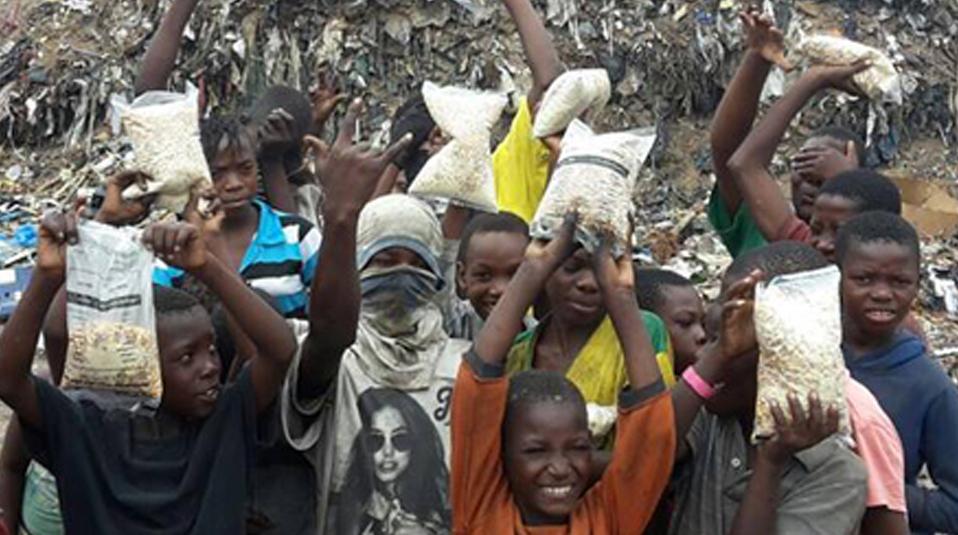Mosambik Kinder auf M?llbergen Hoffnung f?r Kinder hilft