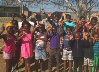S?dafrika Kinder erhalten Nahrung